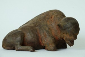 Liggende bizon, keramiek, 10 cm.